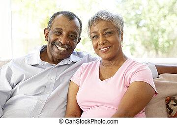 La pareja mayor se relaja en casa juntos
