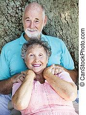 La pareja mayor se relaja