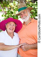 La pareja mayor se toma de la mano