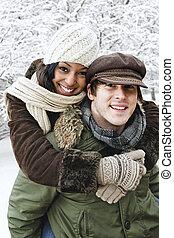 La pareja se divierte afuera en invierno