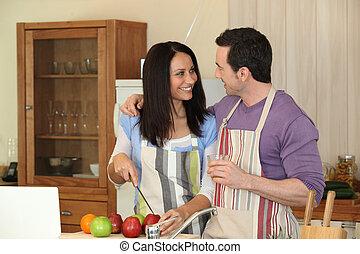 La pareja se divierte cocinando juntos