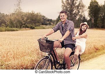 La pareja se divierte en bicicleta