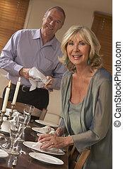 La pareja se prepara para una cena