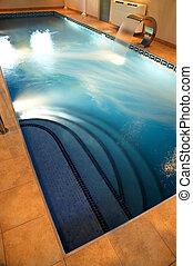 La piscina con agua corriente