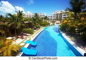 La piscina de natación en el centro caribbean.