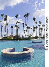 La piscina de natación en el centro caribiano