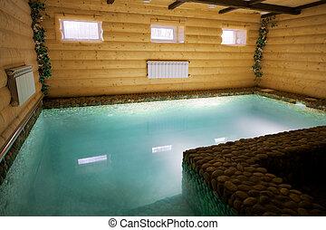 La piscina en una sauna de madera