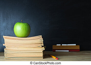La pizarra de la escuela y el escritorio del maestro