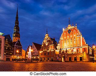 La plaza del ayuntamiento de Riga, la casa de los negros, St. Roland Stau
