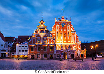 La plaza del ayuntamiento de Riga, la casa de los negros y la C de San Pedro