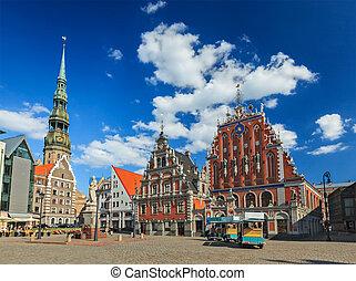 La plaza del ayuntamiento de Riga, la casa de los negros y la iglesia de St. Peter, Riga, Letonia