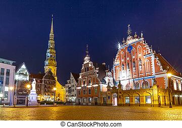 La plaza del ayuntamiento en el viejo pueblo de Riga, Letonia