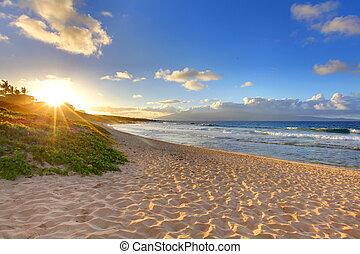 La puesta del sol de la playa tropical en una playa solitaria, Maui, Hawai