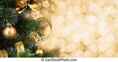 La rama del árbol de Navidad con un fondo dorado borroso