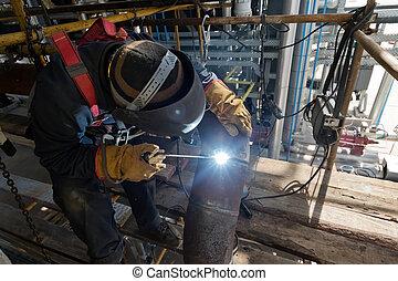 La soldadura funciona en la instalación de nuevas tuberías