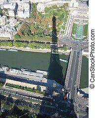 La sombra de la torre Eiffel