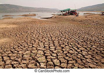La tierra de arcilla rota en el seco.