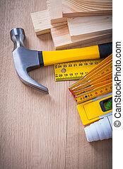 La variedad de objetos de construcción para mantenimiento funciona en el surf de madera
