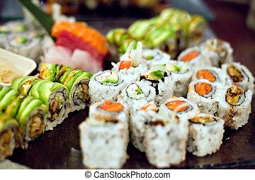 La variedad de rollos de sushi