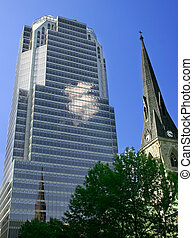 La vieja iglesia eclipsada por un rascacielos moderno