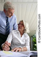 La vieja pareja escribiendo