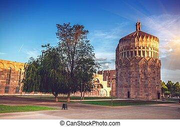 La vieja torre de la iglesia de piedra