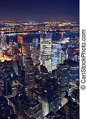 La vista aérea de Nueva York por la noche