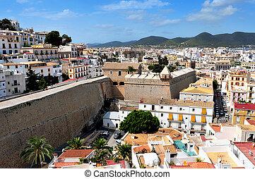 La vista de Dalt Vila, la vieja ciudad de Ibiza, en Ibiza, islas bálticas, España