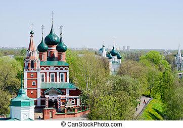 La vista de la vieja iglesia de Yaroslavl