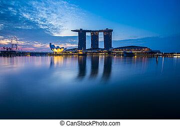 La vista de Marina con el crepúsculo. Singapur