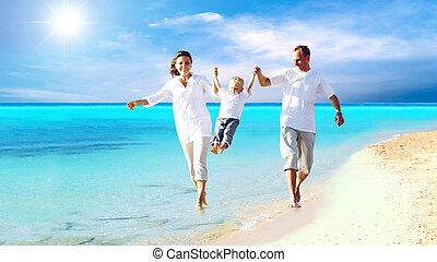 La vista de una feliz familia joven divirtiéndose en la playa
