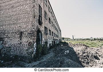 ladrillo, roto, vista, lado, edificio, viejo, windows, abandonado