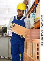 ladrillos, hispano, amontonar, materiales, edificio, almacén, trabajador