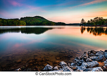 Lago allatoona en el parque estatal de la montaña roja al norte de Atlanta al amanecer