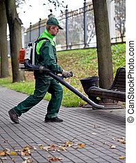 Landscaper con soplador de hojas en el trabajo