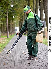 Landscaper con soplador de hojas