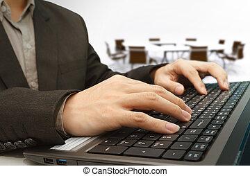 Laptop con el fondo de la sala de reuniones