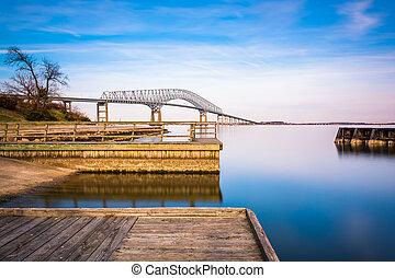 Larga exposición de los muelles en el río Pata y el puente clave de Francis Scott, desde Fort Armistead Park, Maryland.