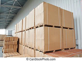 Las cajas de cartón de depósitos están al aire libre