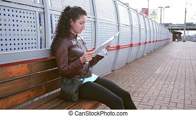 Las chicas están estudiando el mapa y esperando el tren