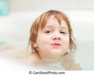 Las chicas se bañan en baño