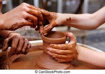 Las manos de alfarero de Clay manejan alfarería maestra de taller