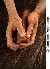 Las manos de alfarero Pottery trabajan en arcilla