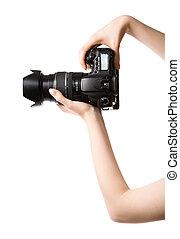Las manos de la mujer sujetan cámara fotográfica profesional