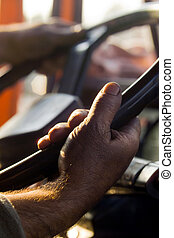 Las manos de los hombres que conducen