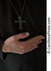 Las manos debajo del crucifijo