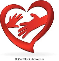 Las manos familiares adoran el logo del corazón