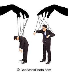 Las manos negras controlan las acciones de dos hombres de negocios