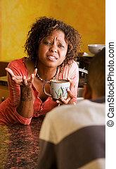 Las mujeres afroamericanas y los hombres tienen una discusión seria