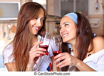 Las mujeres felices beben vino